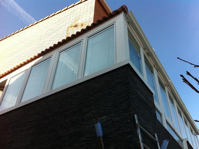 Cerramiento de terraza de PVC y con venecianas en Rubí