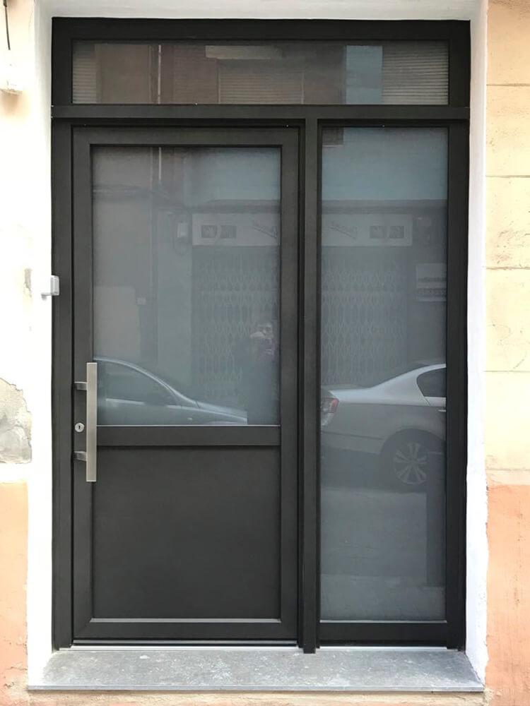 Puerta de aluminio instalada en Hospitalet
