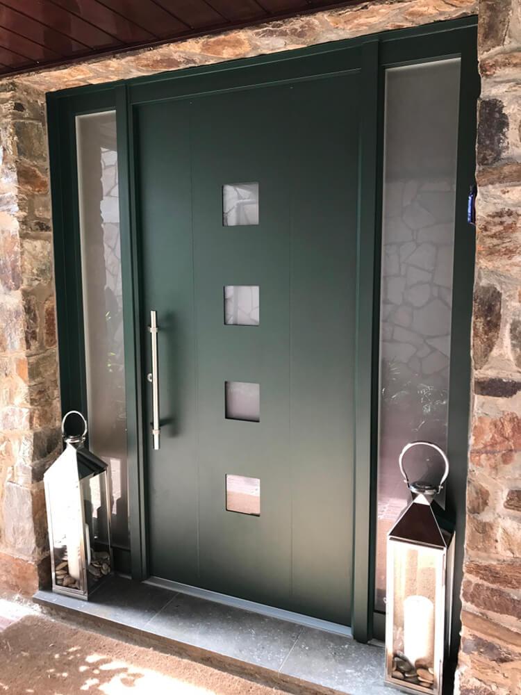 Puerta de aluminio montada en Collserola