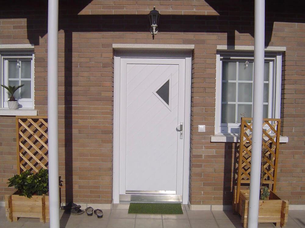 Ventanas y puerta de entrada en el Baix LLobregat