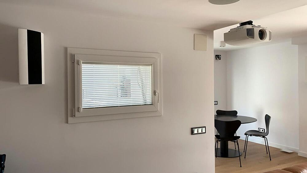 Ventana Twin de aluminio con veneciana interior máximo aislamiento acústicoa el ruido