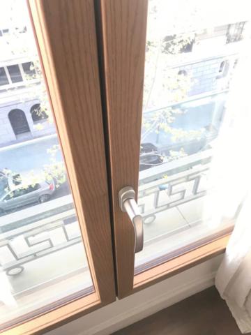 Ventana de madera montada en el hotel Margot House de Barcelona