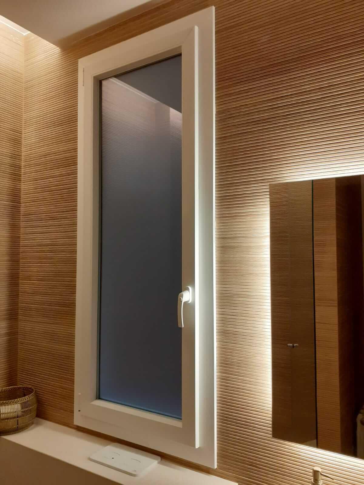 Ventana de baño de PVC color blanco montada en Hospitalet