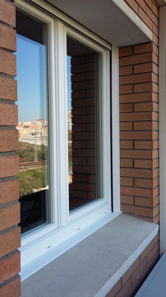 Ventana de pvc color blanco muy aislante acústicamente en Hospitalet