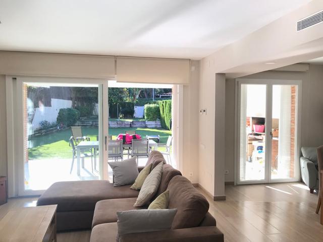 Corredera elevadora y puerta balconera de PVC color blanco en Alella