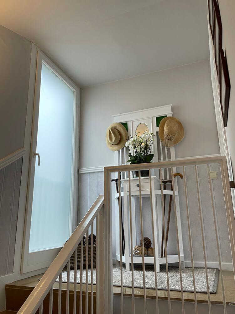 Puerta balconera de PVC blanco y vidrio mate en Collserola