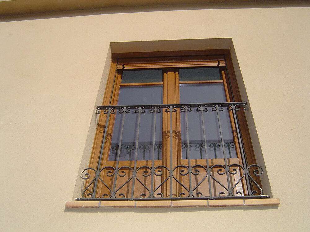 Puerta balconera de pvc color madera con panel decorativo