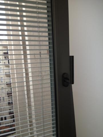 Ventana Twin de aluminio con veneciana interior para protección acústica y solarar y