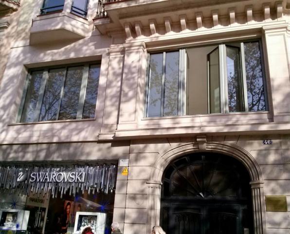Ventanas de aluminio y madera montadas en el hotel Margot House de Barcelona