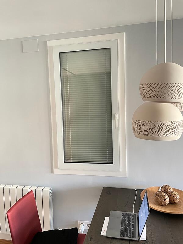 Ventana estética todo vidrio, con veneciana incorporada