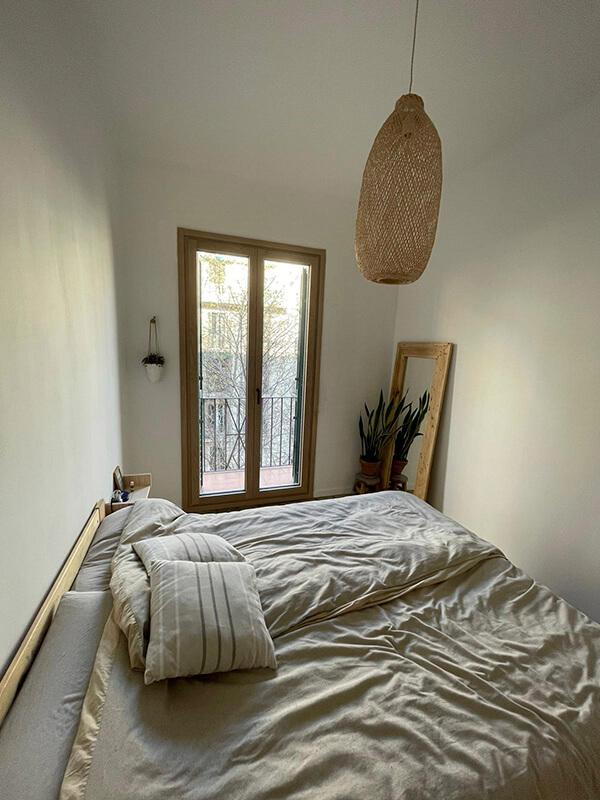 Puerta practicable y oscilobatiente de madera en Barcelona