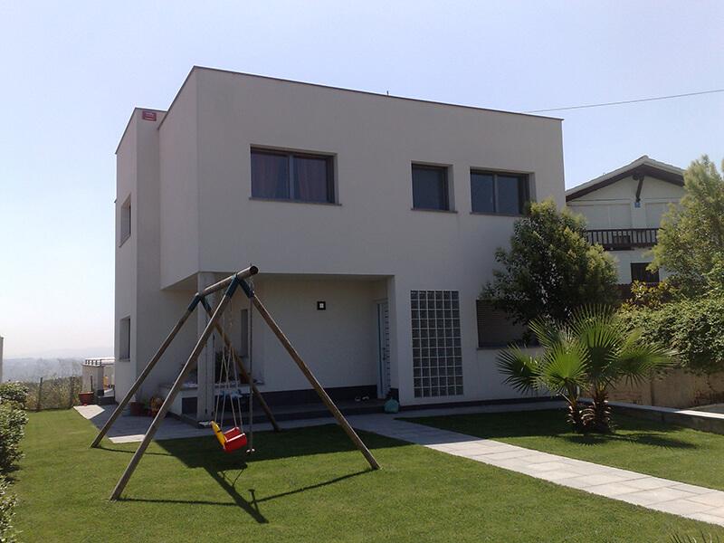 Casa en Sant Esteve Sesrovires con ventanas de aluminio y pvc